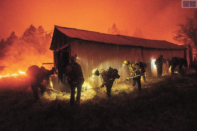 畢特縣貝里溪地區遭山火肆虐。美聯社