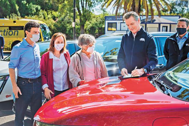 紐森州長簽署行政命令,規定加州2035年全面停買全新燃油私家車和貨車,有鄉郊地區居民認為這不切實際。美聯社資料圖片