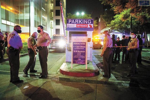 兩位受傷警察被送往醫院救治,圖為洛縣警在聖佛朗西斯醫療中心門口守候。洛杉磯時報