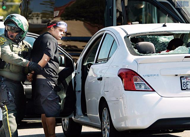 橙縣約巴林達市26日40歲女子特納(Tatiana Turner)開車衝撞示威民眾,至少兩人受傷。美聯社