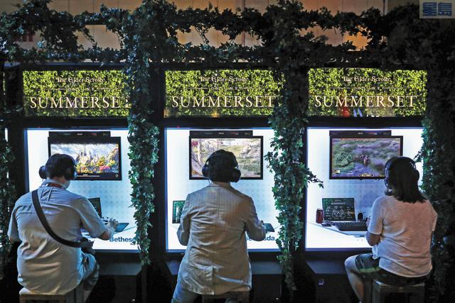 微軟宣布將以75億美元現金,收購《上古捲軸》發行商Bethesda的母公司ZeniMax Media,圖為遊戲迷試玩Bethesda的遊戲。彭博社資料圖片