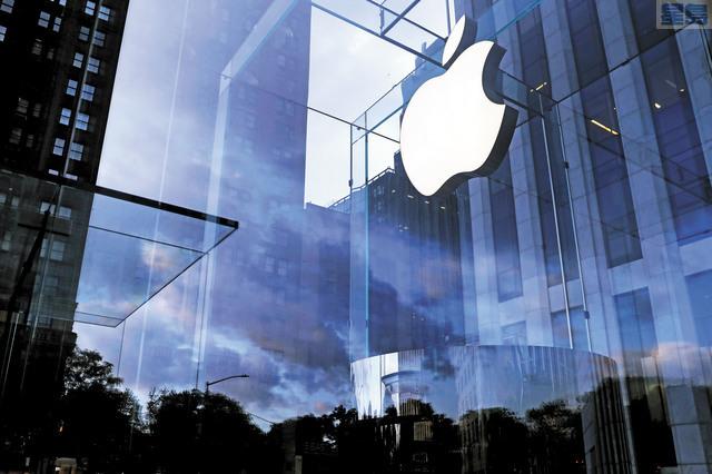 蘋果宣布給予Facebook等平台應用短期的特權,在2021年前不會對付費活動收取費用。圖為在紐約曼哈頓第五大道的蘋果商店。路透社