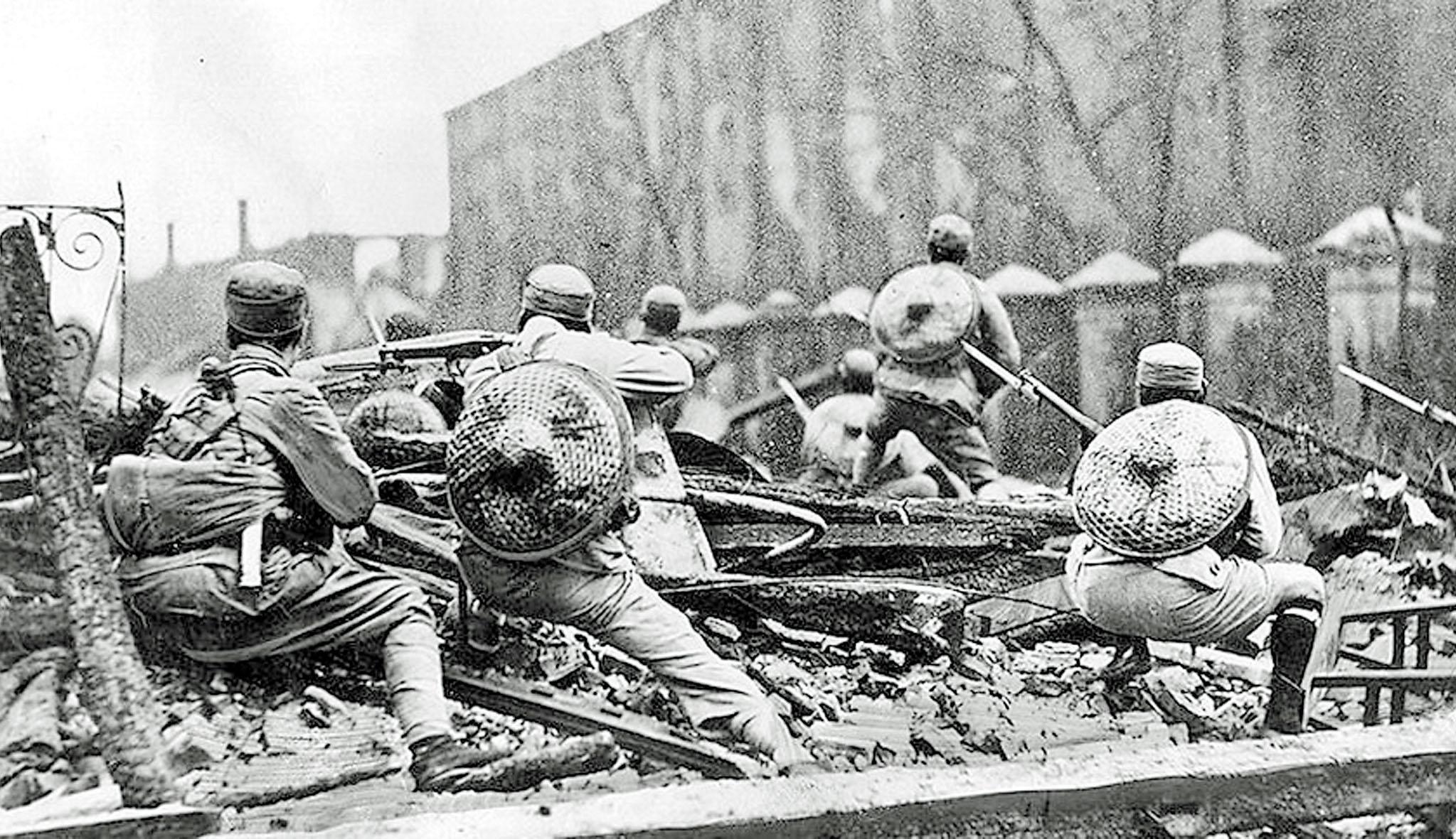 國軍在上海街頭抗戰歷史照片。網絡圖片