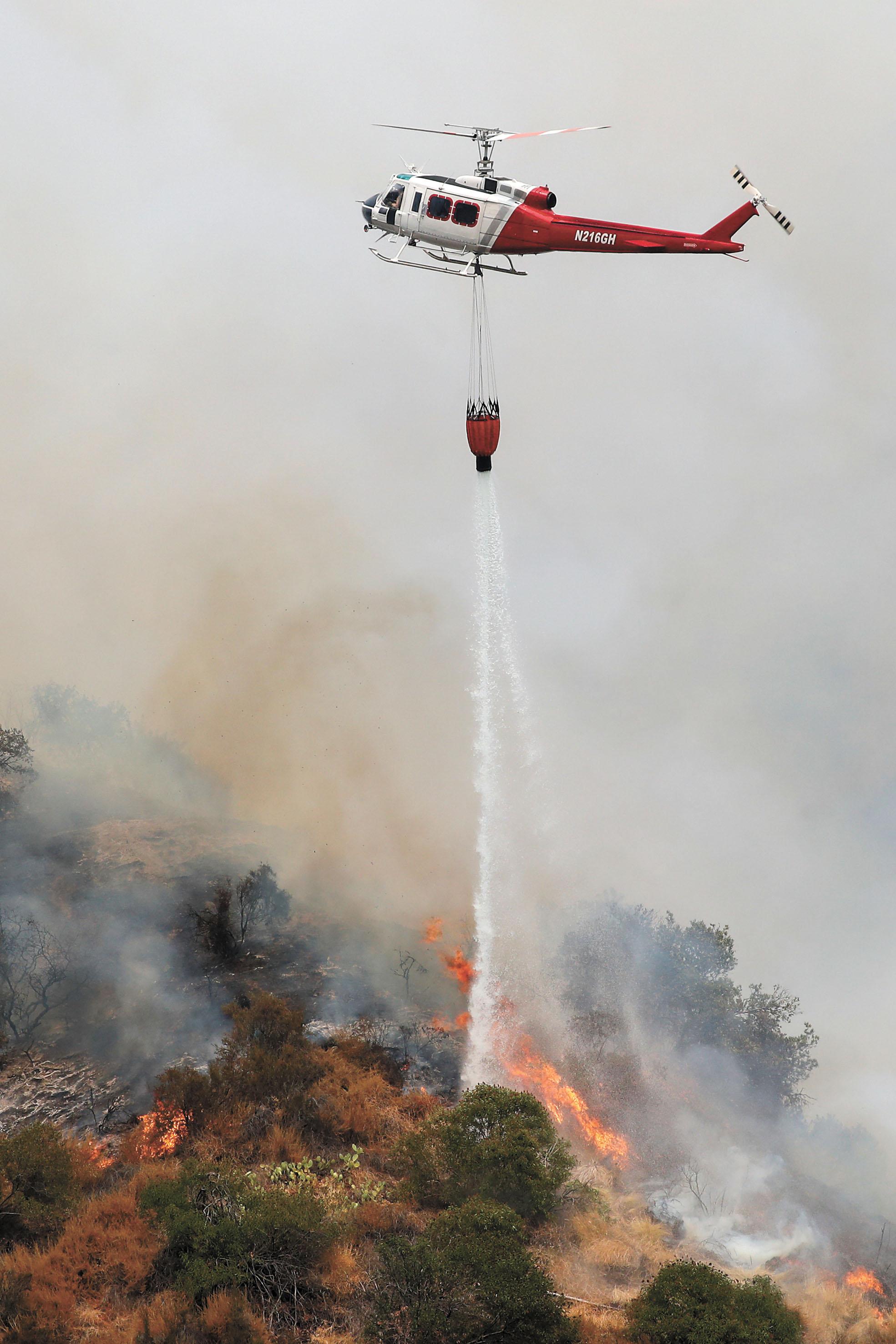美國南加州山貓山火延燒面積已有3.2萬畝。路透社