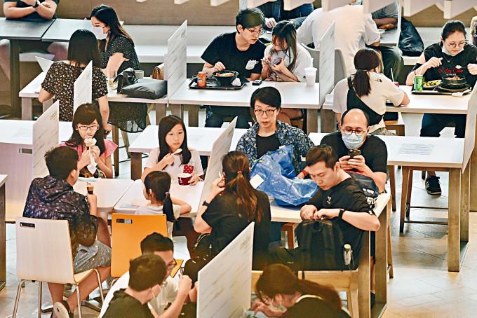 本港疫情見低位,食肆亦見人頭湧湧。