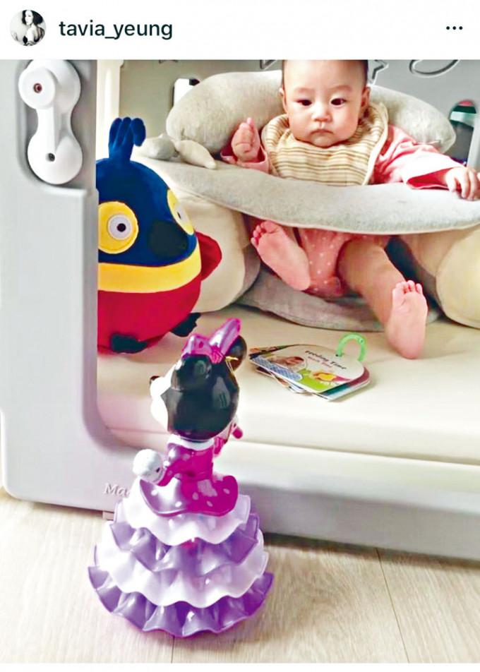 楊怡愛女「小珍珠」看着電動燈籠,睇到眼都唔眨。