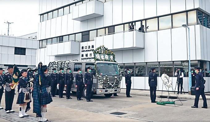 殉職的海關關員吳詠敏、黎志恒及黃焯梆,獲授金英勇勳章。