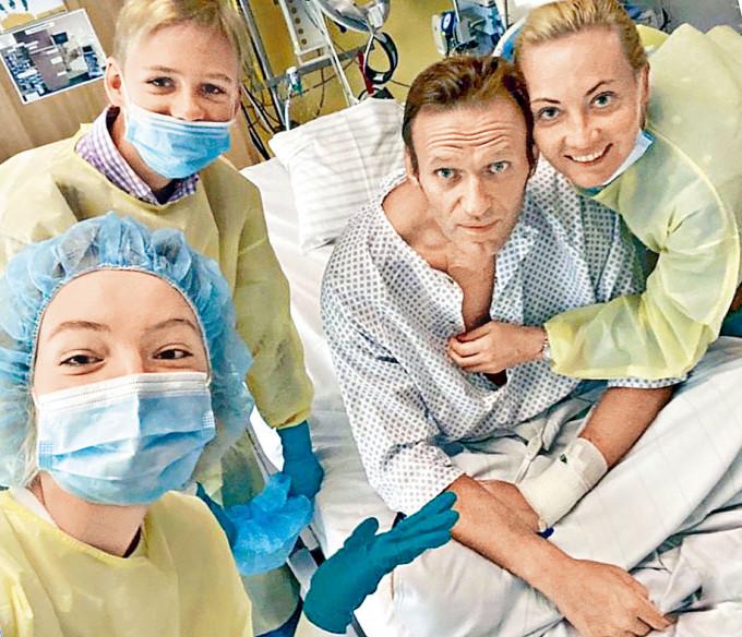納瓦爾尼在病床上與妻子(右)及一對子女合照。