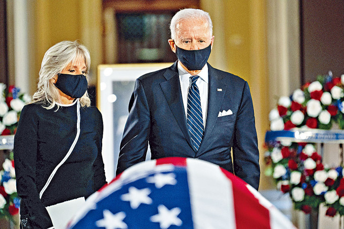 拜登夫婦在國會山莊向金斯伯格致敬。