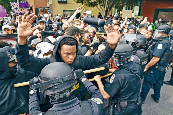路易斯維爾市示威者周三上街抗議泰勒命案判決不公,與警察發生衝突。