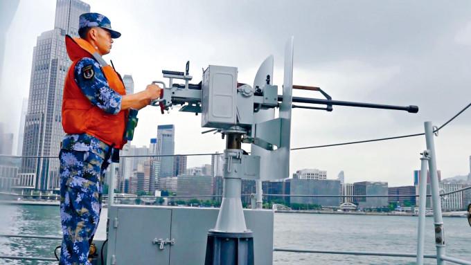 解放軍駐港部隊海空演練展示艦艇上槍械武器。
