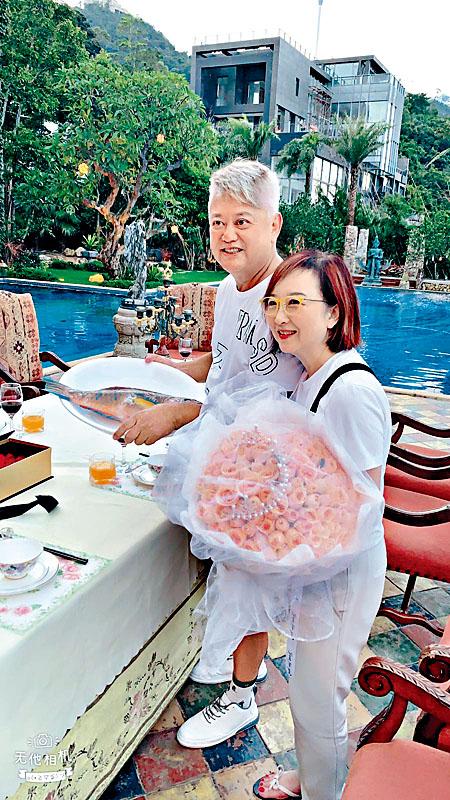 朋友為阿叻、秀姑舉行結婚41周年派對。