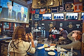 民眾在華盛頓一間酒吧觀看電視直播辯論。