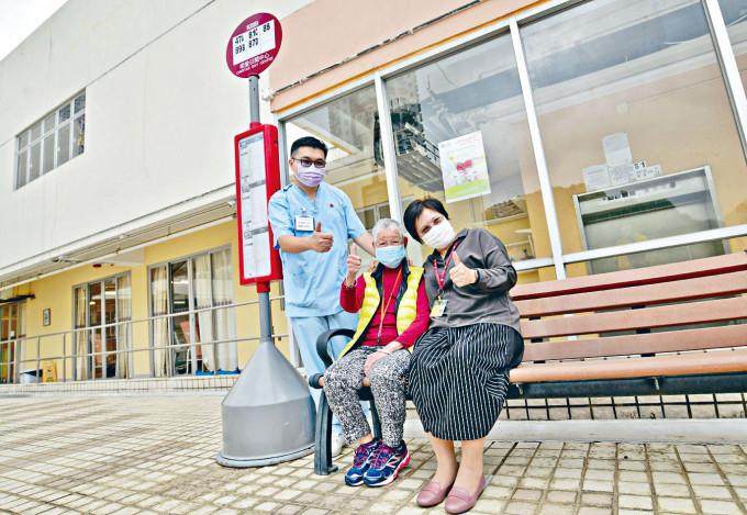 明愛利孝和護理安老院設立兩個巴士站,為患認知障礙症的長者減少不安。