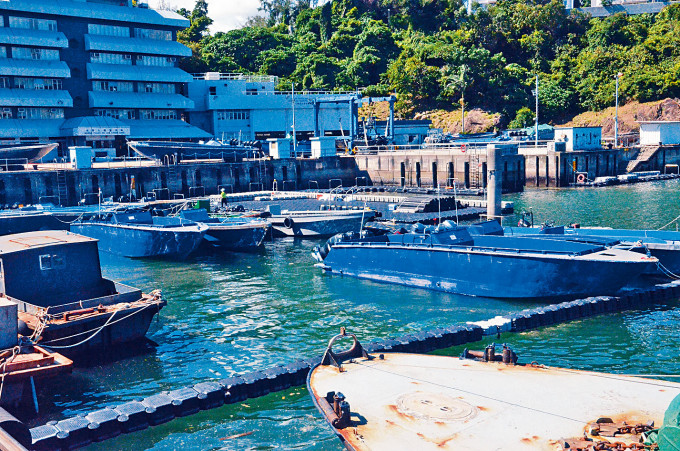 兩艘停泊隱蔽地點疑作非法活動「大飛」遭水警扣查。