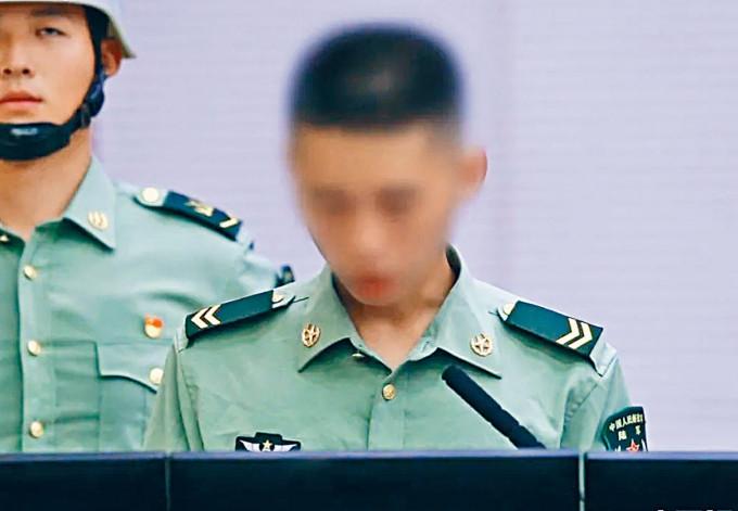 涉泄密的軍人被勒令提前退役。