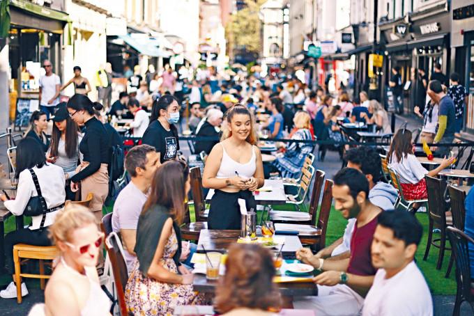 倫敦蘇豪區的餐廳周日人頭湧湧。