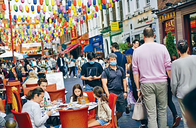 倫敦唐人街人來人往。