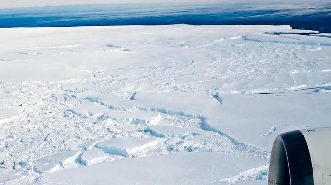 松樹島冰川邊緣受損。