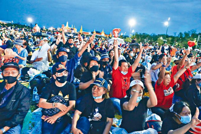曼谷大批民眾參加反政府大集會。
