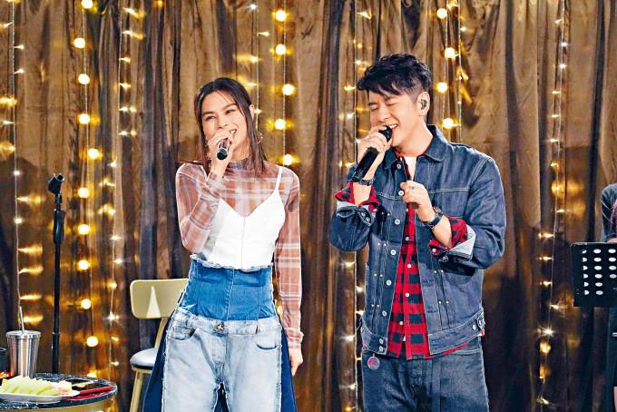 李幸倪與許廷鏗合唱《勁歌金曲》。