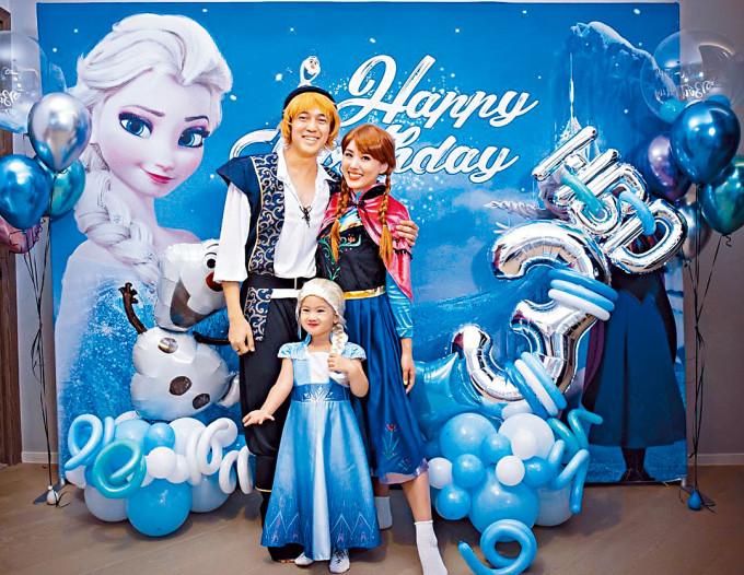 Tim、楊洛婷為囡囡慶生,一家三口分別扮演Kristoff、Anna和Elsa。