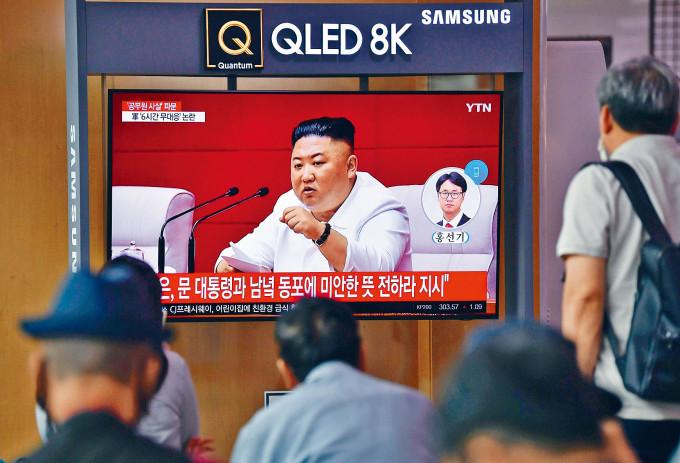 首爾火車站的電視機昨天播出北韓領袖金正恩發言的新聞。