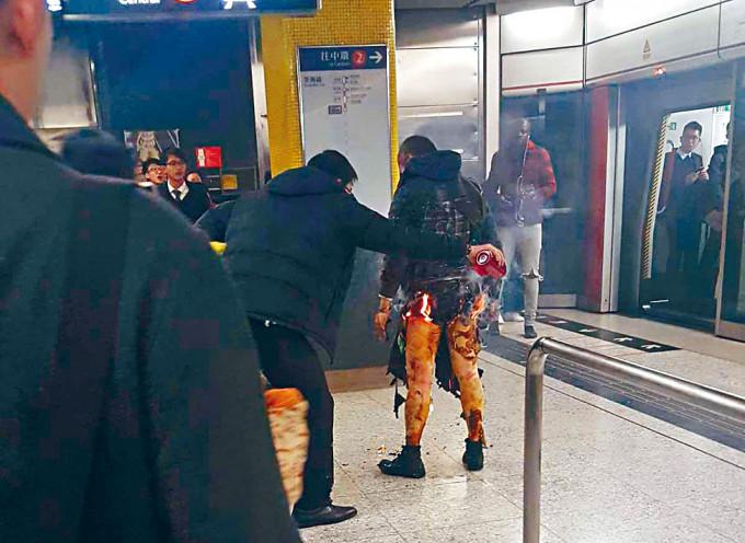 金鐘港鐵站縱火案徒手救人的鄭澤然及鄧廣坤獲授勳。