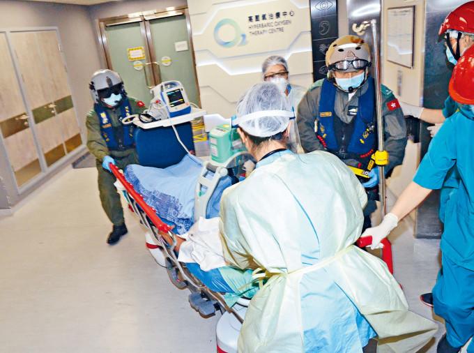 印尼籍女子跳水後昏迷,由直升機救起送院搶救。