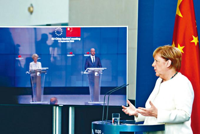 中歐峰會結束後,德國總理默克爾(右)召開記者會。