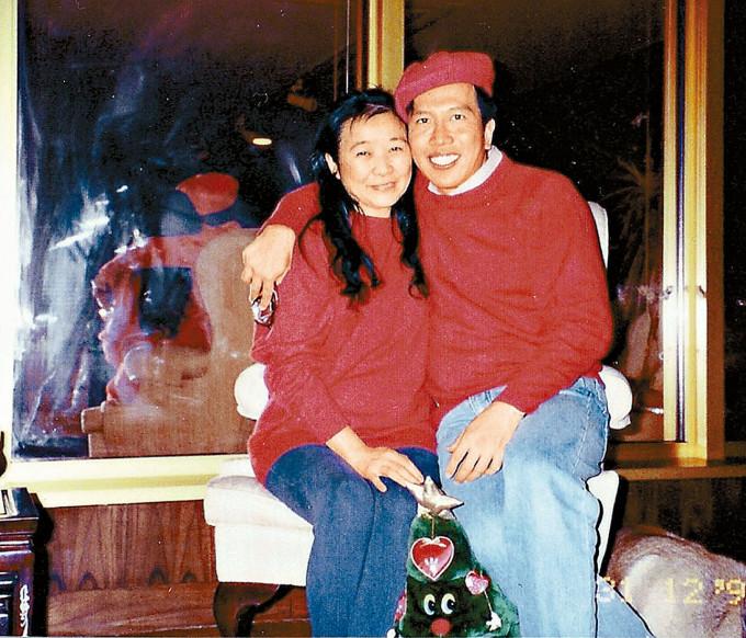 陳振聰與龔如心在華懋的辦公室,穿情侶裝合照。