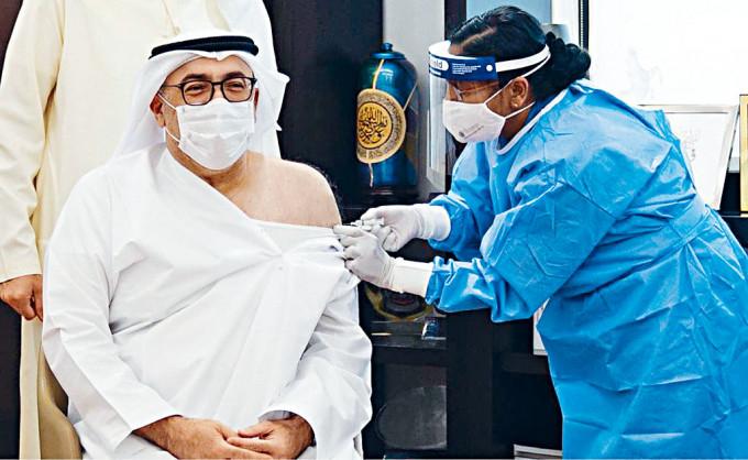 阿聯酋衞生部的衞生部長注射中國的疫苗。