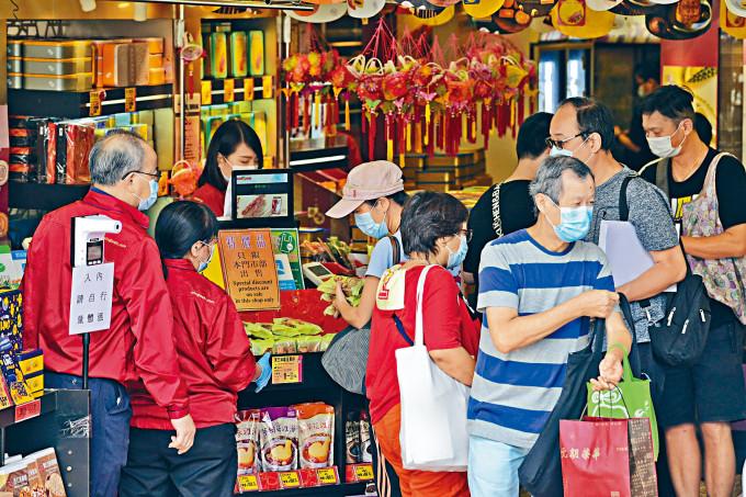 疫下中秋節還有幾天來臨,不少市民忙於購買月餅應節。