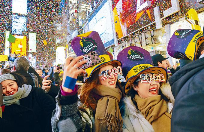 民眾在紐約時代廣場慶祝二○二○新年。