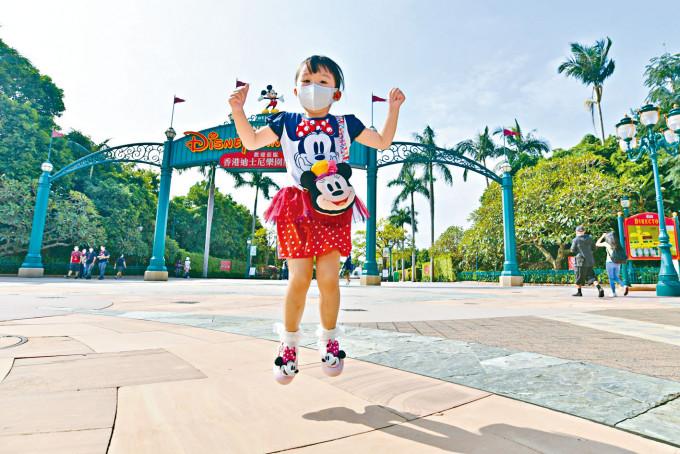 小朋友可以再入迪士尼樂園,開心到跳起。