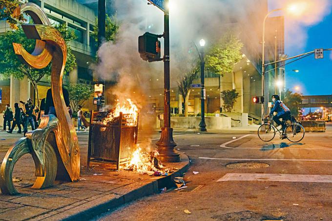 路易斯維爾市街上的垃圾箱被縱火。