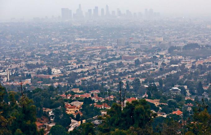加州山火肆虐,洛杉磯煙霧籠罩。