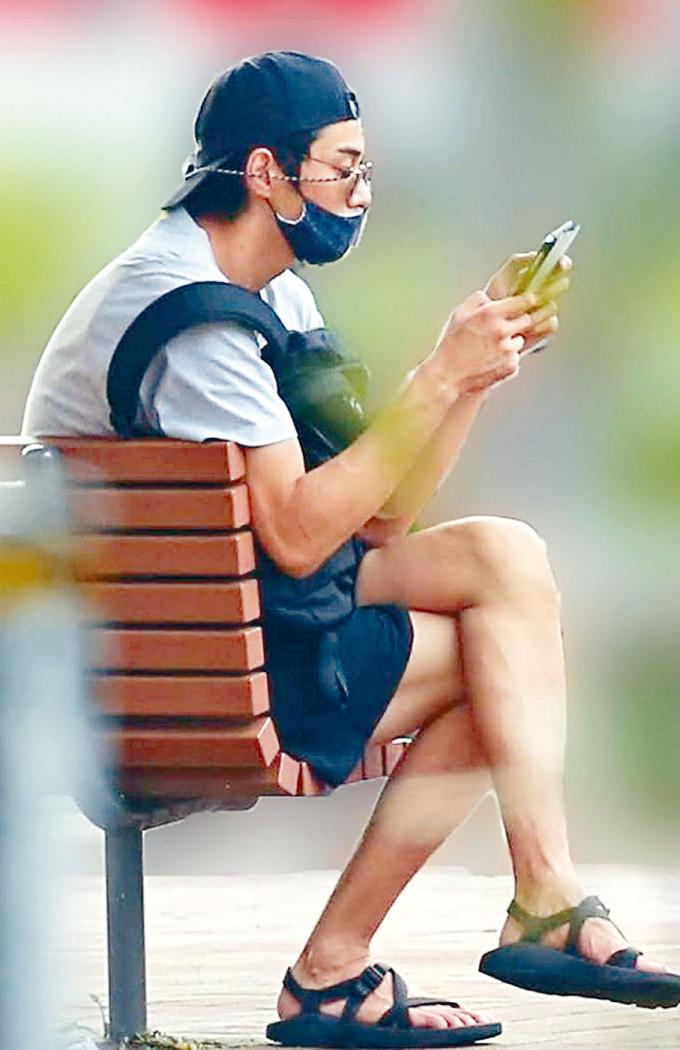 東出昌大離婚後被拍到身穿街坊裝,獨自坐在公園玩手機。
