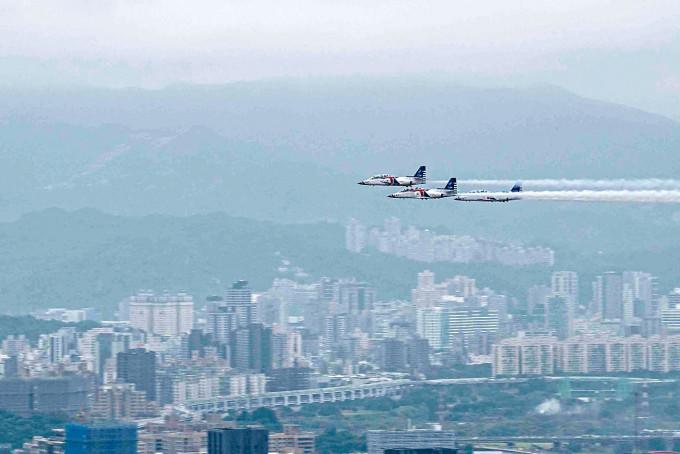 台軍AT-3教練機昨天飛過台北上空。