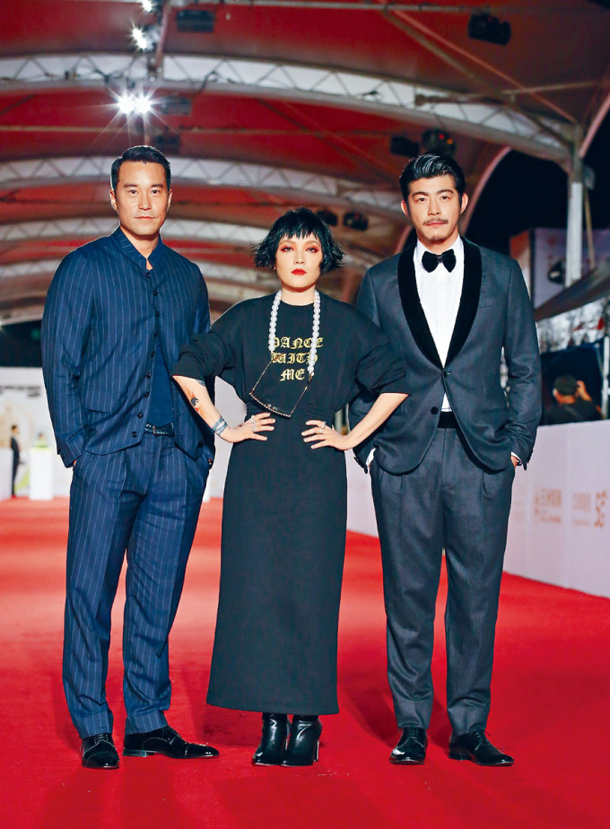 張孝全(左)與范曉萱(中)、王柏傑齊現身紅地氈。