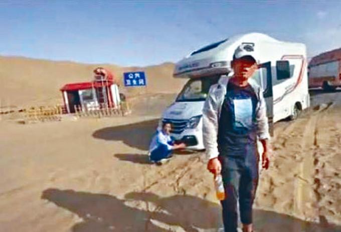 旅遊景區甘肅敦煌附近出現「專坑遊客公廁」。