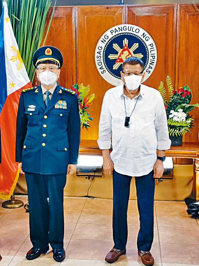杜特爾特日前接見到訪的中國國防部長魏鳳和。