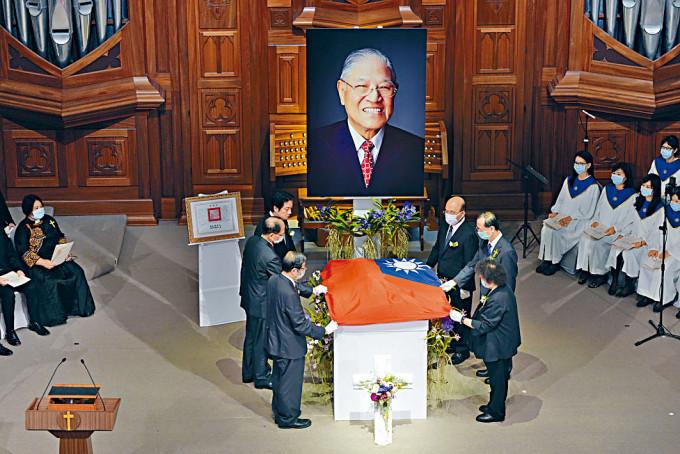 副總統賴清德及五院院長為骨灰蓋旗。