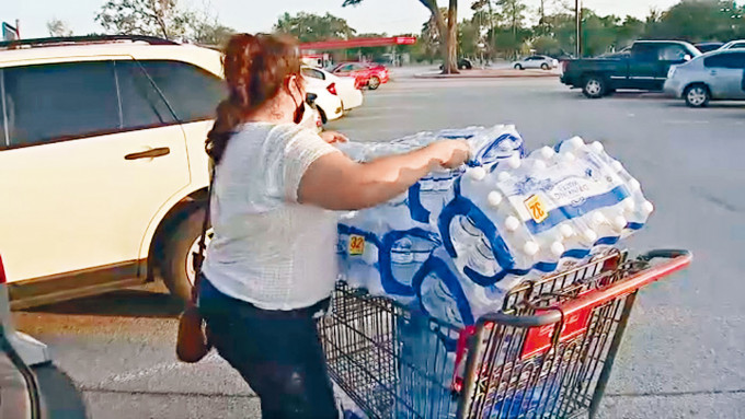 德州萊克杰克遜鎮食水疑受食腦蟲污染,民眾蜂擁購買樽裝水。