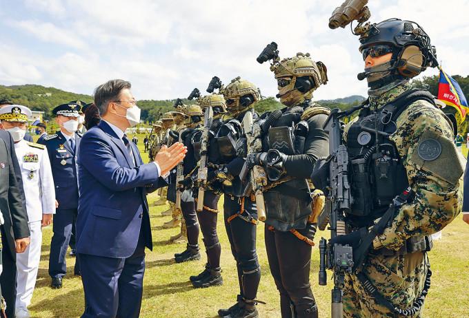 文在寅昨日在利川市出席國軍日紀念儀式,勉勵特種部隊。
