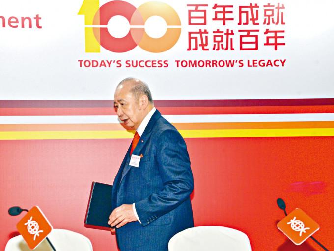 東亞銀行近幾年頻頻出售非核心業。圖為東亞主席李國寶。