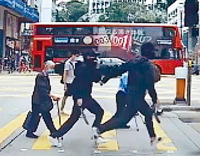其中兩名持刀匪跑向事主進行截劫。