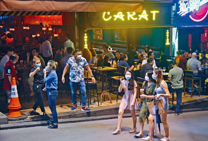 酒吧重開,市民到蘭桂坊湊熱鬧。