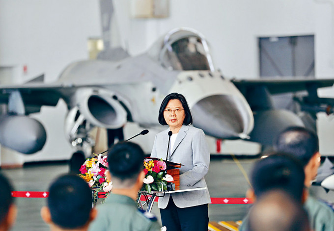 蔡英文昨日赴澎湖視察空軍。