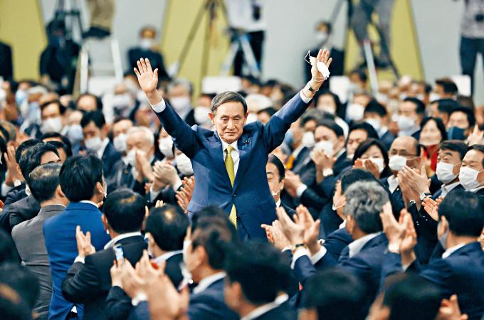 內閣官房長官菅義偉昨日勝選後向黨友道謝。